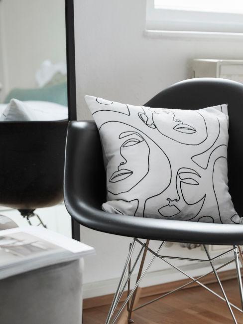 sedia nera con cuscino a fantasia astratta