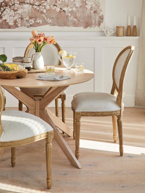 tavolo da pranzo in legno con sedie stile classico