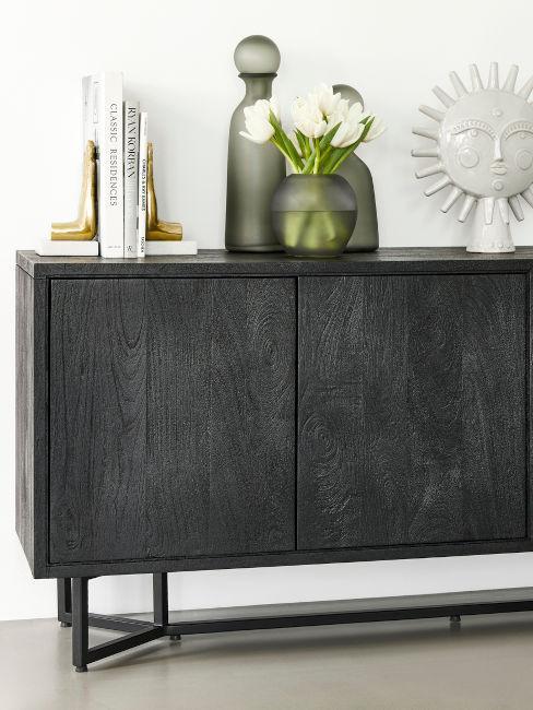 credenza in legno colorato di nero