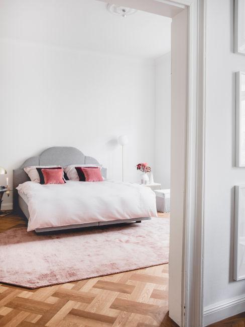 stanza con tappeto e tessili rosa