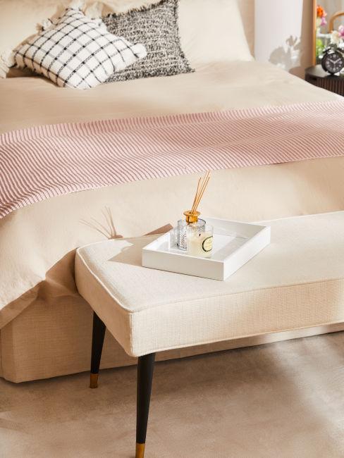 panca di velluto in fondo al letto colore rosa chiaro