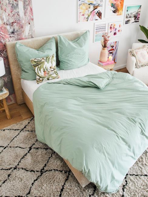 lenzuola verde chiaro e decorazioni rosa