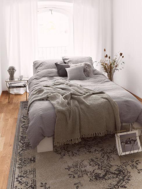 stanza da letto toni tortora e marrone