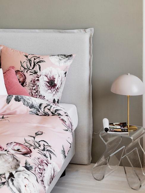 parete tortora e tessili rosa