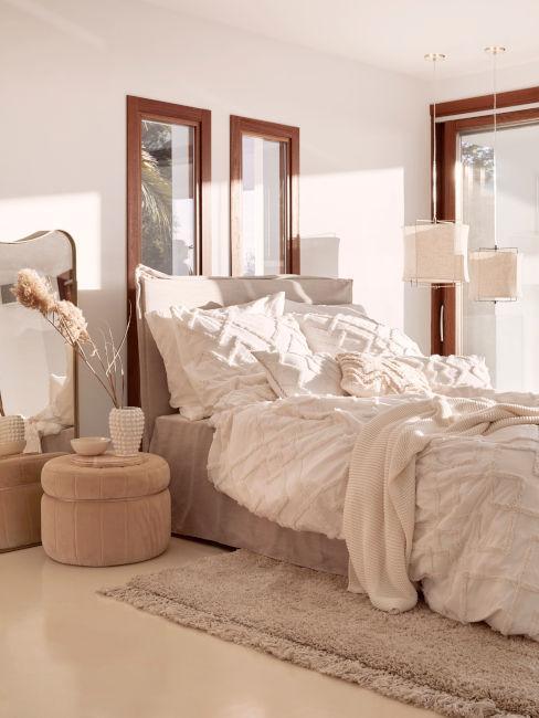 stanza luminosa con finestre e colori neutri