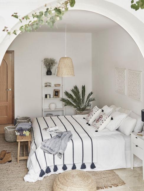 camera da letto toni chiari e tessili a righe