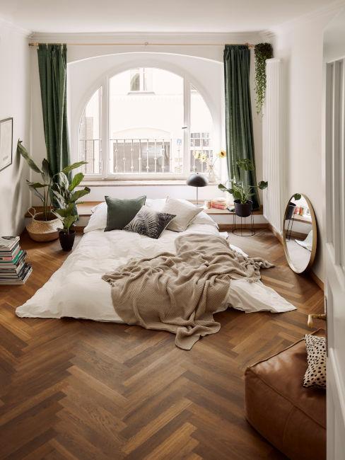 camera minimal con tende verdi