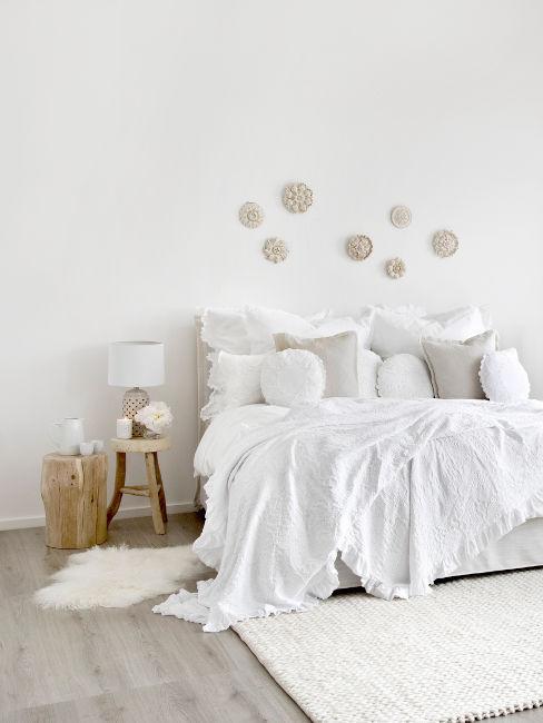 camera da letto bianca con dettagli in legno