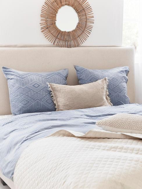 letto beige con lenzuola azzurre