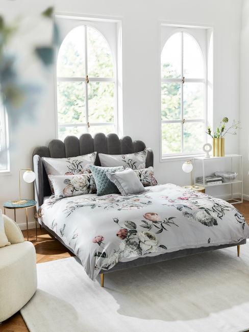 struttura letto grigio scuro e tessili fiorati stile shabby