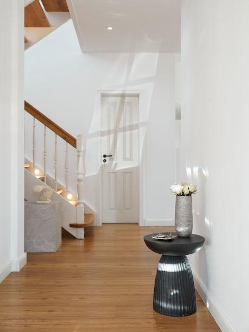 parquet in legno chiaro all'ingresso