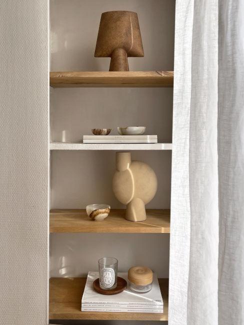 mensole in legno chiaro con oggetti decorativi