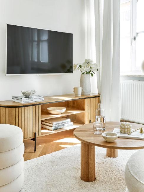 soggiorno con mobili in legno
