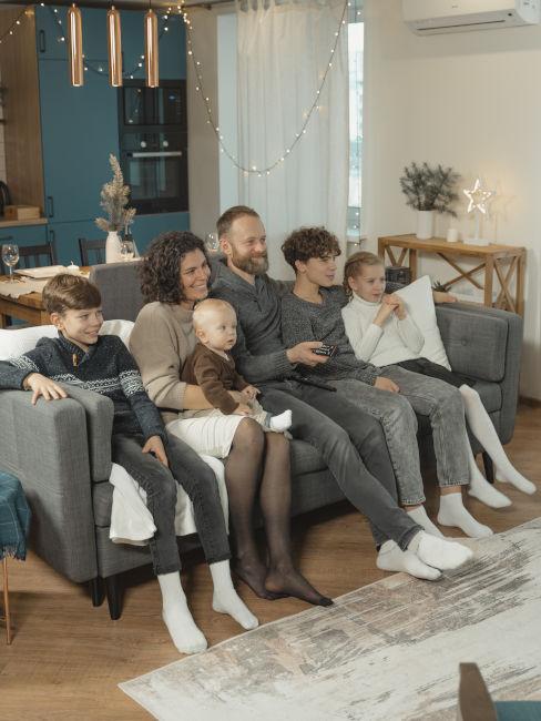 famiglia che guarda tv sul divano