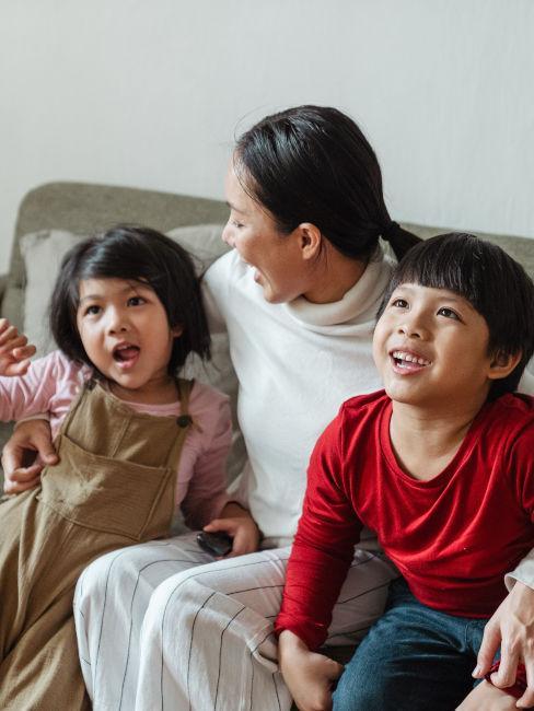 mamma con bambini che guardano un film