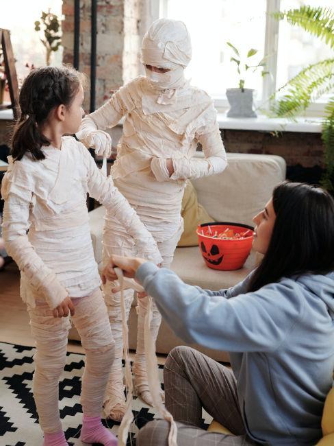 bambini che si vestono da mummia per halloween