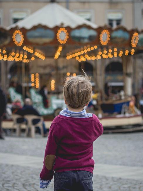 bambino che guarda una giostra