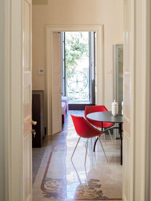 Sala da pranzo con sedie rosse
