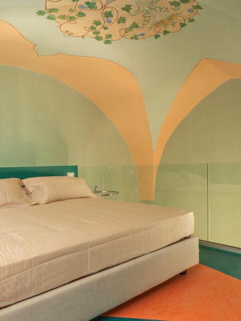 Camera da letto con soffitti decorati