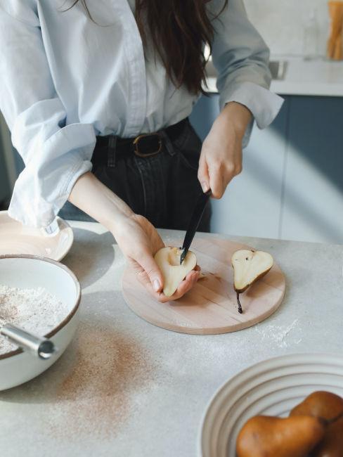 ragazza che taglia una pera