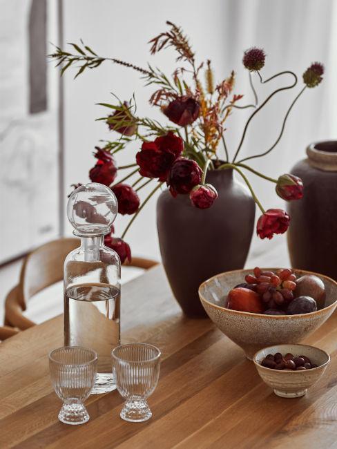 vaso marrone con fiori rossi