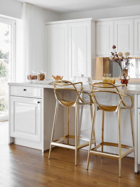 cucina con parquet e sgabelli alti dorati