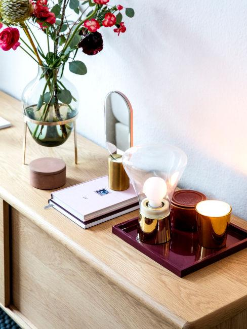 oggetti decorativi su mobile in legno