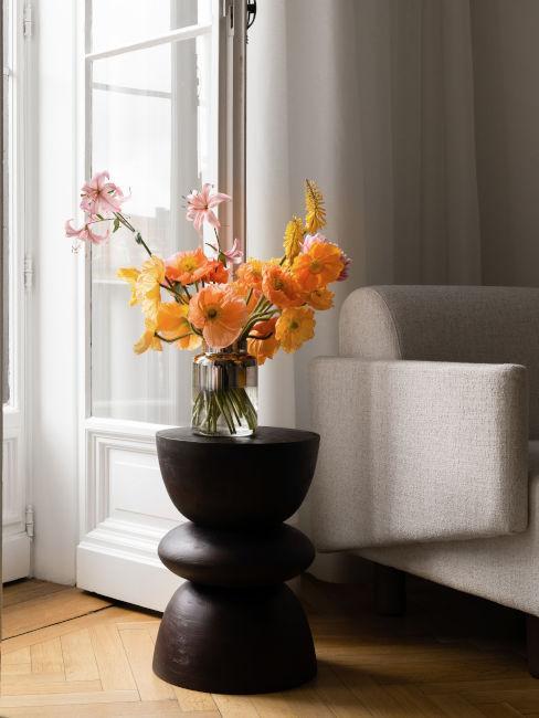 tavolino da soggiorno con fiori arancioni
