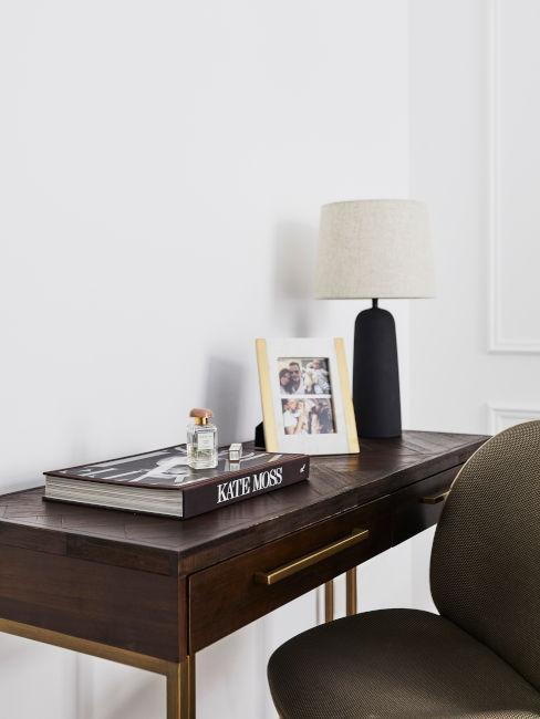 mobile in legno con lampada nera e bianca