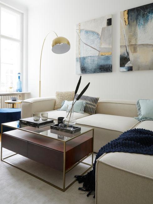 tavolino da soggiorno in legno con divano chiaro e decorazioni azzurre