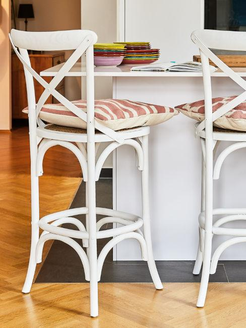 sgabelli bianchi in legno