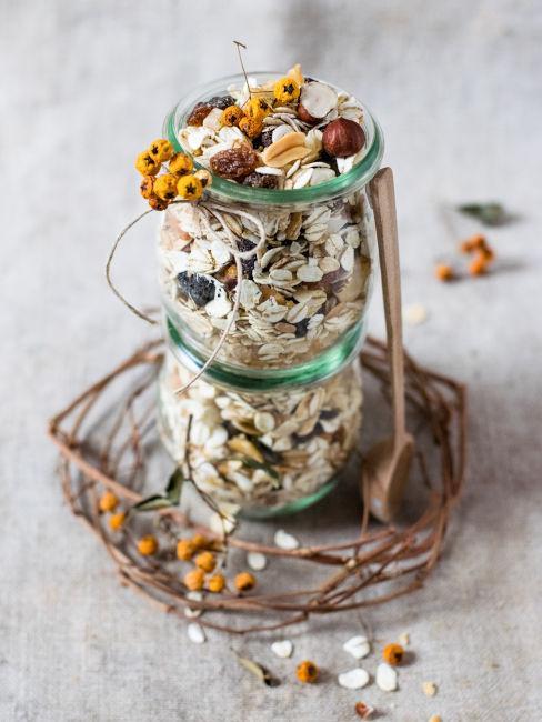 vasetti con cereali e frutta secca