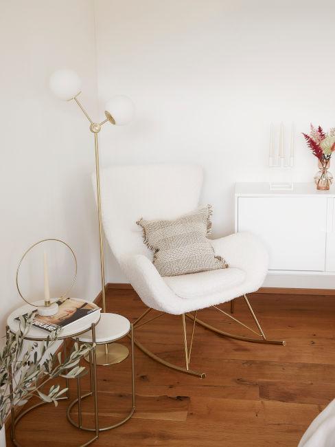 angolo lettura con poltrona bianca e lampada