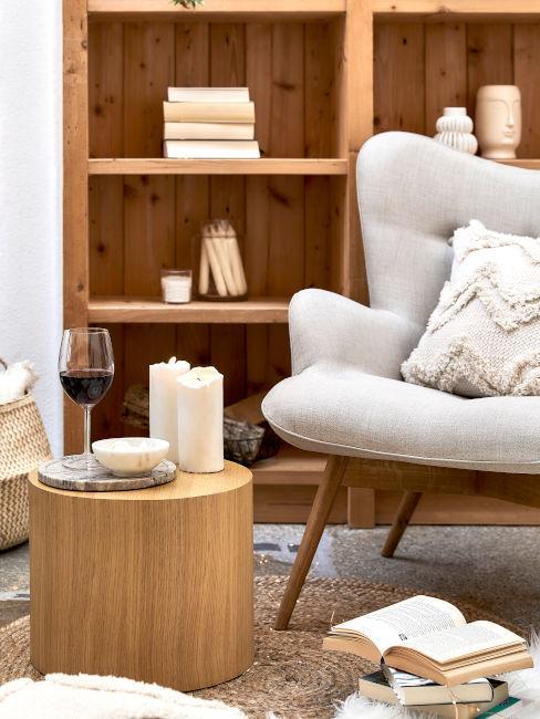 angolo relax con poltrona e tavolino basso in legno in taverna