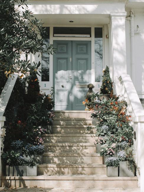 ingresso esterno con fiori sui gradini