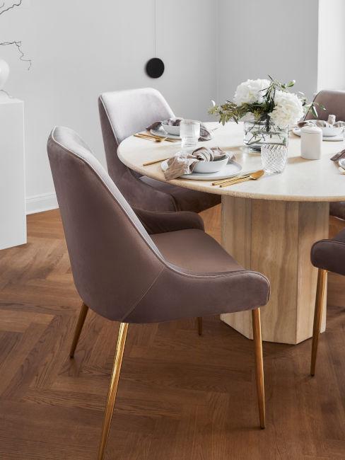 tavolo da pranzo in legno con poltroncine color malva