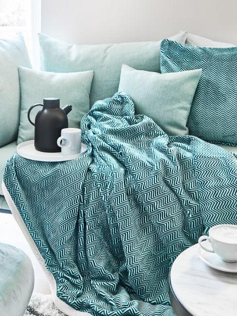 coperta e cuscini color turchese