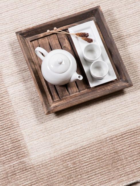 Vassoio in legno e set da tè in ceramica