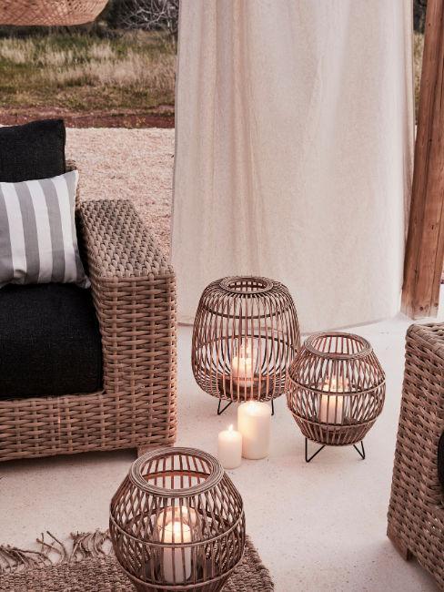 Set di lanterne e divanetto