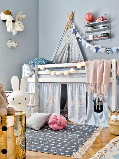 Cameretta con letto rialzato e decorazioni