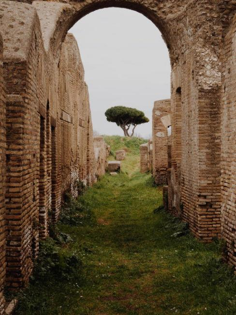 Cammini in Italia, rovine in collina