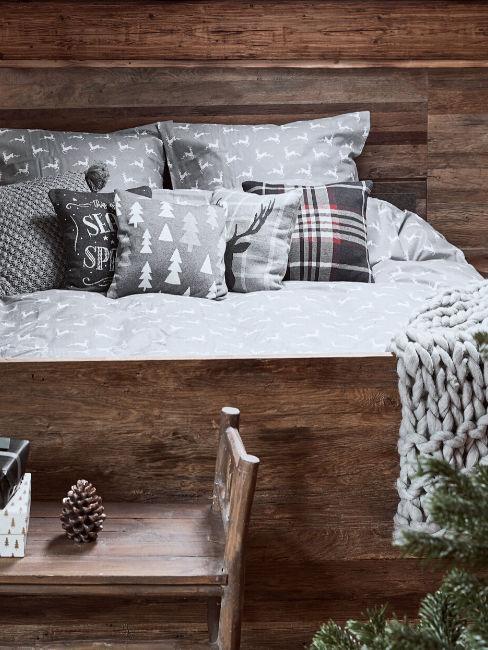 Camera da letto rustica in legno e cuscini sui toni del grigio