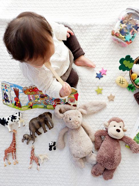 Bimbo con giochi Montessori