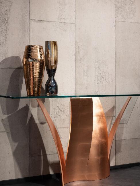 Tavolino in vetro e rame con vasi in bronzo