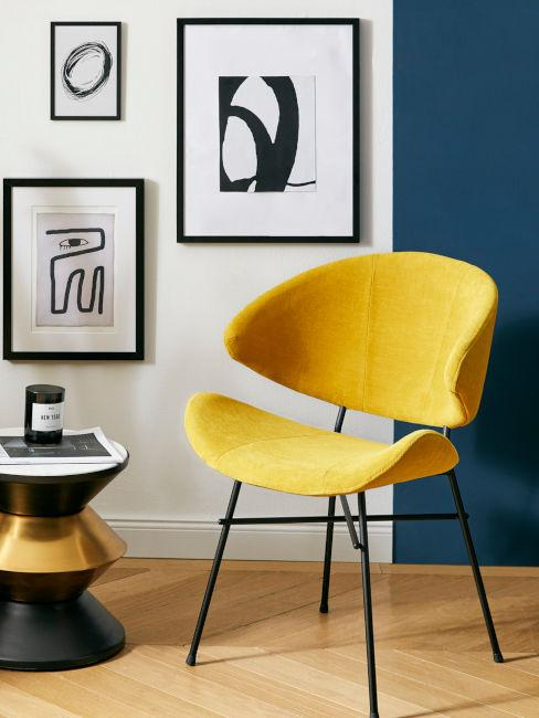 sedia gialla e parete con stampe decorative