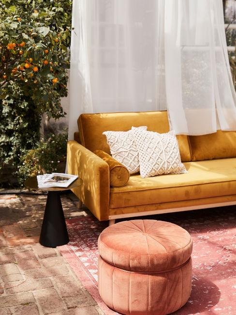 divanetto color ocra con pouf rosa