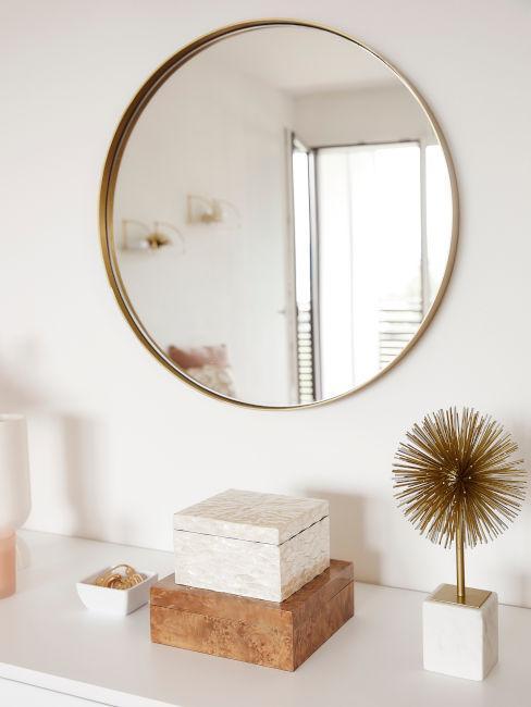 specchio e oggetti decorativi