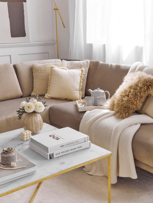 soggiorno colori terra e tavolino oro