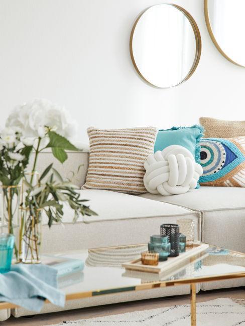 soggiorno arredato con toni neutri e azzurro