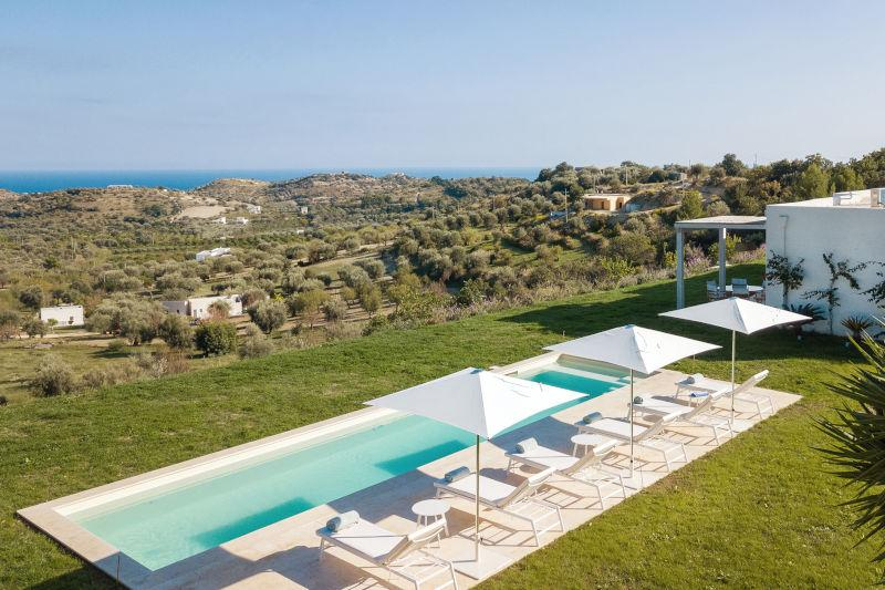 Piscina vista campagna siciliana